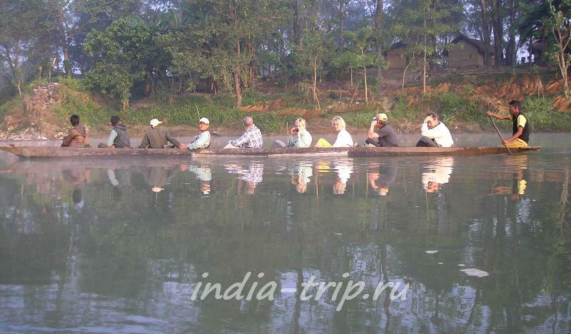 10 человек плывут в каноэ