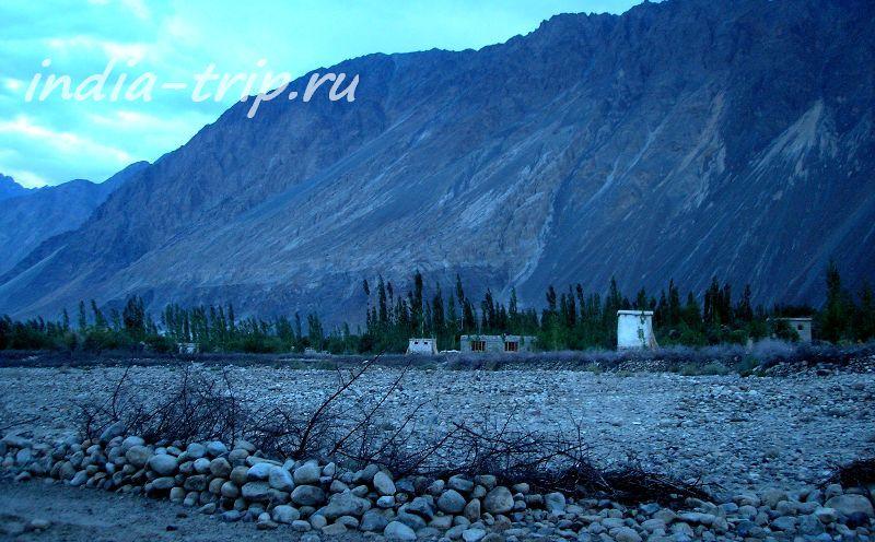 Вечер, горы и поселок вдалеке