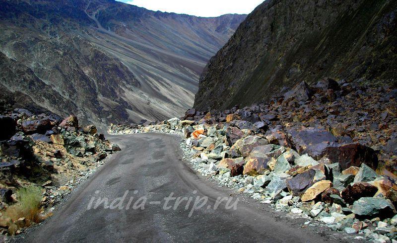 Дорога среди разноцветных скал и камней