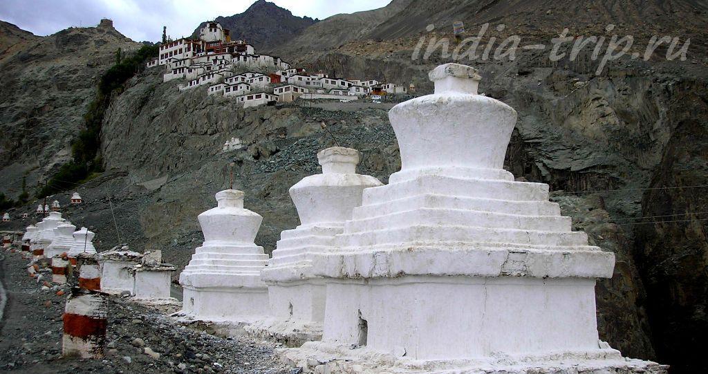 Монастырь на скале и белые чортены