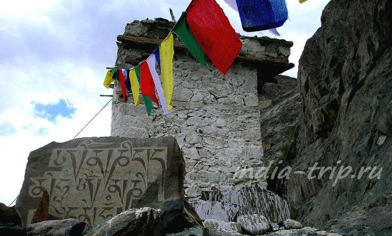 Тибетские флаги и мантры на камнях