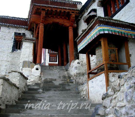 Лестница и вход