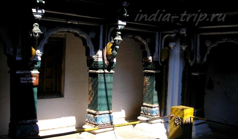 Внутри храма Шивы