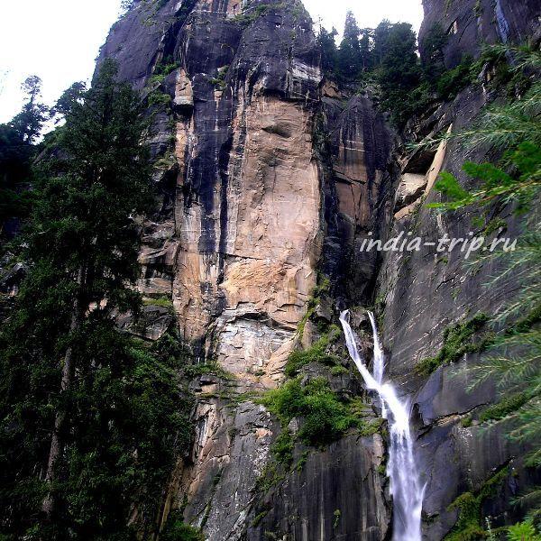 Водопад возле Васишта (штат Химачал-Прадеш)