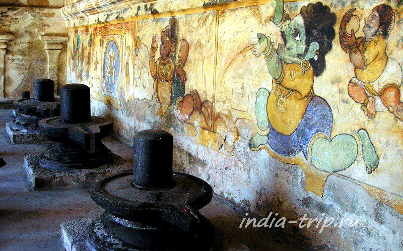 Храм, лингамы и фрески