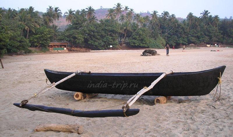 Асимметричная лодка на пляже
