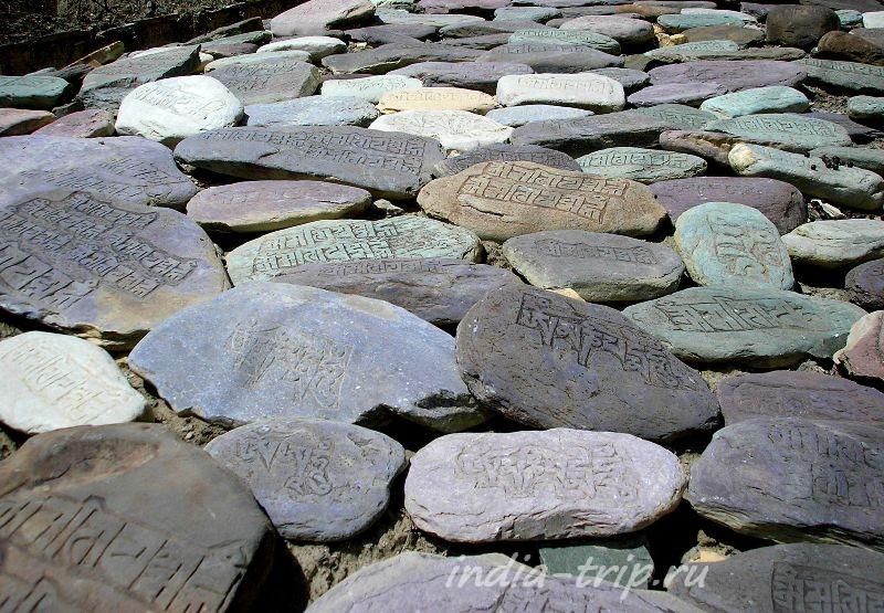 Стена мани из разноцветных камней