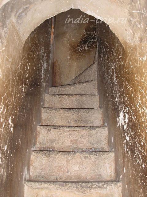 Потайная лестница в стене
