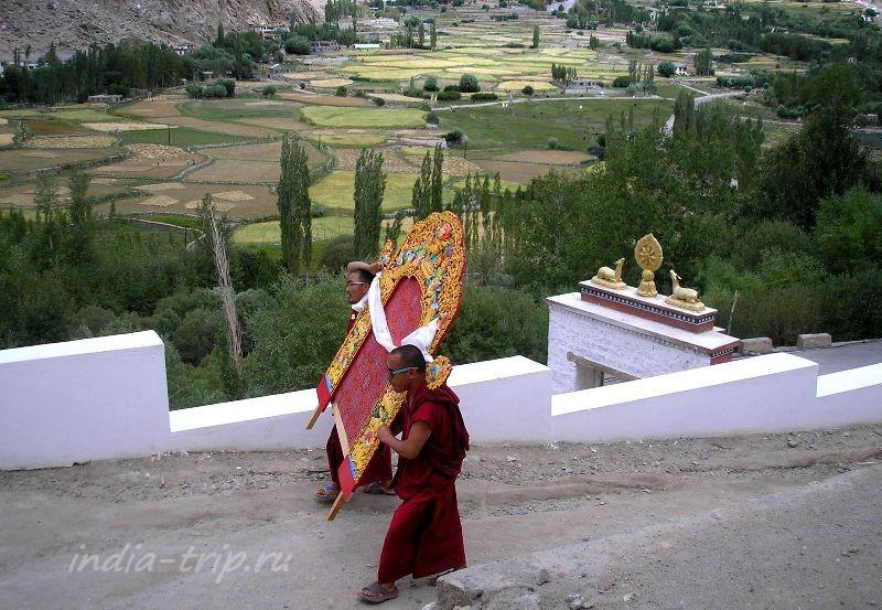 Монахи с ношей